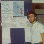 Από το αρχείο του Απόστολου Καφαρίδη.(1983) Ο Λάκης Καφαρίδης μπροστά σε μια εφημερίδα τοίχου που αναρτούσαν τα μέλη του Δ.Σ. στους τοίχους του Συλλόγου.