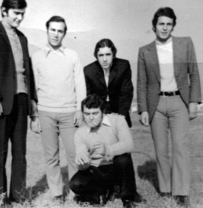 1969 - Η παρέα.  Από αριστερά Παύλος Αντωνιάδης, Γρηγόρης Παπαδόπουλος, Τάκης Αναγνώστου, Γιάννης Σεμερτζίδης. Καθιστός είναι ο Τάκης Σταμπουλής.