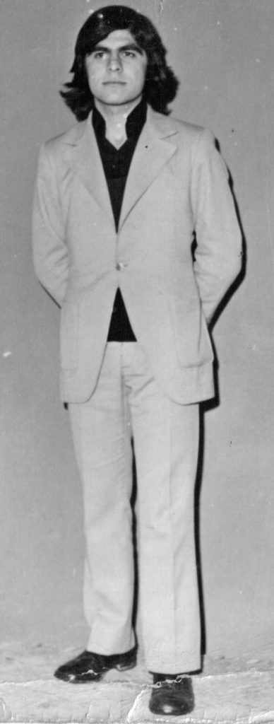 """1971-Βασίλης Τσιβελεκίδης  Λίγες ώρες πριν παρουσιαστεί στο στρατό σε αναμνηστική φωτογραφία-κάδρο στο Φωτο-Κυριακίδη.Λεπτομέρεια: Αμέσως μετά τη φψτογράφιση...επήλθε κούρεμα στρατιωτικό για να είναι έτοιμος να υπηρετήσει τη πατρίδα με """"καθαρό το κούτελο""""."""