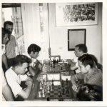 Από το αρχείο του Μενέλαου Ταφτσόγλου. Άλλη μια φωτογραφία ιστορική του 1970 στην οποία φαίνεται ο Μ.Ταφτσόγλου να αγωνίζεται αριστερά στη 2η σκακιέρα, ενώ όρθιος (δίπλα στο παράθυρο) παρακολουθεί ο Ευκλείδης Φωτιάδης.
